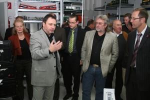 Unternehmer Frank Dommel (Bildmitte) im Gespräch mit Mitgliedern der Region Hesselberg AG